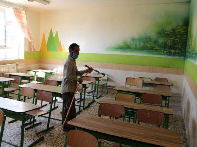 سمپاشی و ضدعفونی مدارس جهت بازگشایی توسط شهرداری چاف و چمخاله