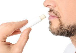 ۵ درمان خانگی برای بهبود لبهای ترک خورده