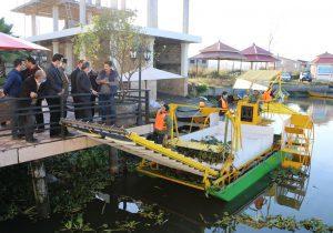 حضور مسئولان در محل پروژه؛ جمع آوری سنبل آبی از رودخانه چمخاله توسط دستگاه شناور دانشگاه گیلان