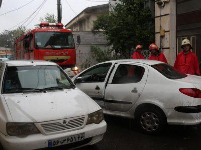 فوت عجیب راننده زن گیلانی به علت گیر کردن لای در خودرو! + فیلم