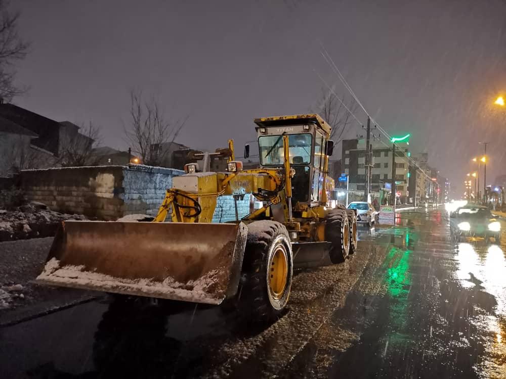 esteghrare-mashinalat11 استقرار ماشینآلات شهرداری رشت در نقاط مختلف شهر در دقایق اولیه بارش برف