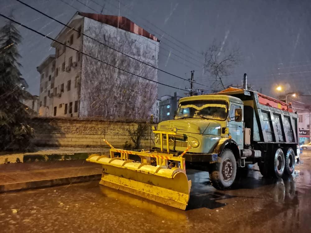 esteghrare-mashinalat12 استقرار ماشینآلات شهرداری رشت در نقاط مختلف شهر در دقایق اولیه بارش برف