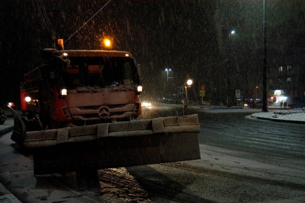 esteghrare-mashinalat13 استقرار ماشینآلات شهرداری رشت در نقاط مختلف شهر در دقایق اولیه بارش برف
