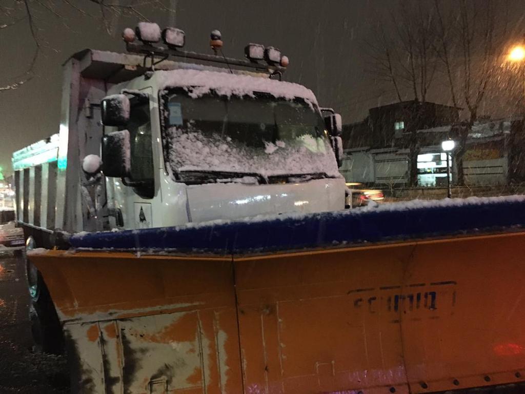 esteghrare-mashinalat2 استقرار ماشینآلات شهرداری رشت در نقاط مختلف شهر در دقایق اولیه بارش برف