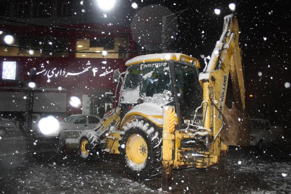 esteghrare-mashinalat3 استقرار ماشینآلات شهرداری رشت در نقاط مختلف شهر در دقایق اولیه بارش برف