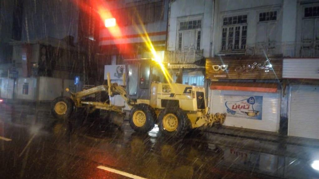 esteghrare-mashinalat4 استقرار ماشینآلات شهرداری رشت در نقاط مختلف شهر در دقایق اولیه بارش برف