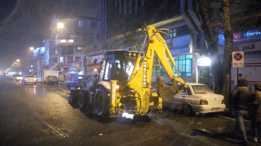 esteghrare-mashinalat5 استقرار ماشینآلات شهرداری رشت در نقاط مختلف شهر در دقایق اولیه بارش برف