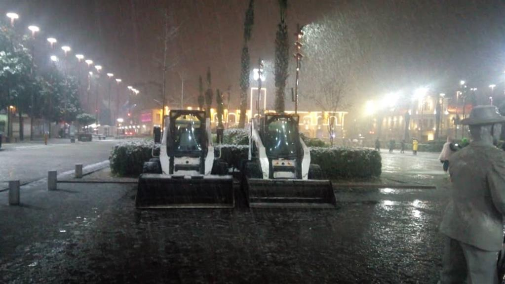 esteghrare-mashinalat6 استقرار ماشینآلات شهرداری رشت در نقاط مختلف شهر در دقایق اولیه بارش برف