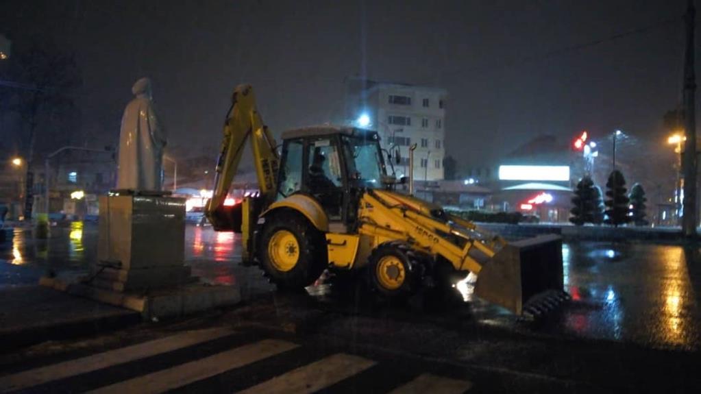 esteghrare-mashinalat7 استقرار ماشینآلات شهرداری رشت در نقاط مختلف شهر در دقایق اولیه بارش برف