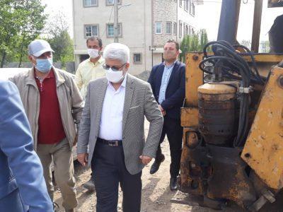 جدول گذاری و زیرسازی مسیر خیابان کوی اساتید بلوار دکتر معین رشت در دست انجام است