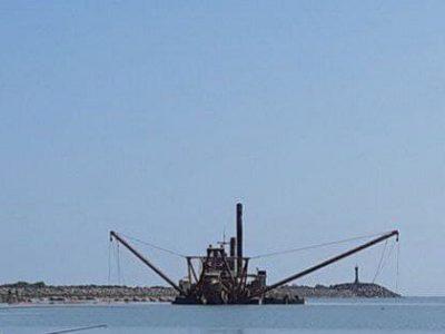 نجات کشتی لایروب و خدمه آن از غرق شدن در بندر آستارا